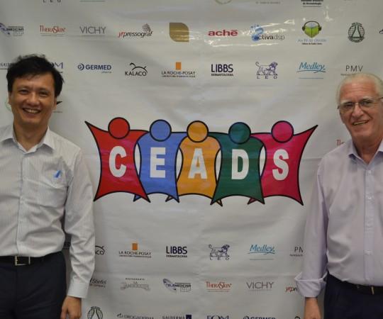 O Prof. Dr. Chao Lung Wen, Livre Docente, Responsável pela Disciplina de Telemedicina da USP, Colaborador do CEADS e o Prof. Dr. Luiz Jorge Fagundes, Coordenador Científico do CEADS, durante a apresentação do 51 Fórum de Debates realizado nas dependências do Centro de Tecnologia da USP.