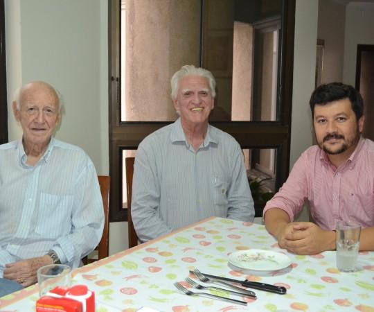 O Engenheiro Carlos Okada, Secretário do CEADS, o Prof. Dr. Luiz Jorge Fagundes, Coordenador Científico do CEADS e o Administrador da sede do CEADS, o Sr. José Luviah Fagundes, durante o encontro do Grupo que atua com Fundamentos da Gestão e os demais projetos do Centro de Estudos.