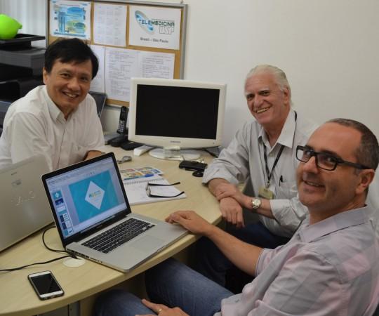 Prof. Chao Lung Wen, Responsável pela Disciplina de Telemedicina , o Sr. Alexandre Chiea, Responsável pela Empresa Activa Design e o Prof. Dr. Luiz Jorge Fagundes, Coordenador Científico do CEADS, durante a reunião sobre o site do CEADS, os novos Cursos e,principalmente, o público alvo que desejamos alcançar com nossos cursos.