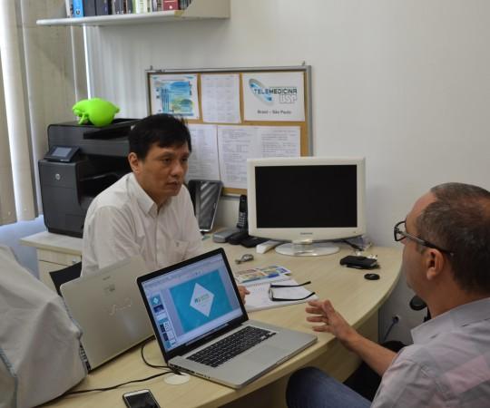 O Prof. Dr. Chao Lung Wen, Colaborador do CEADS e Responsável pela Disciplina de Telemedicina da FMUSP e o Sr.Alexandre Chiea, Responsável pela Empresa Web Design, durante a reunião sobre as mudanças do site do CEADS e os novos projetos para 2016.