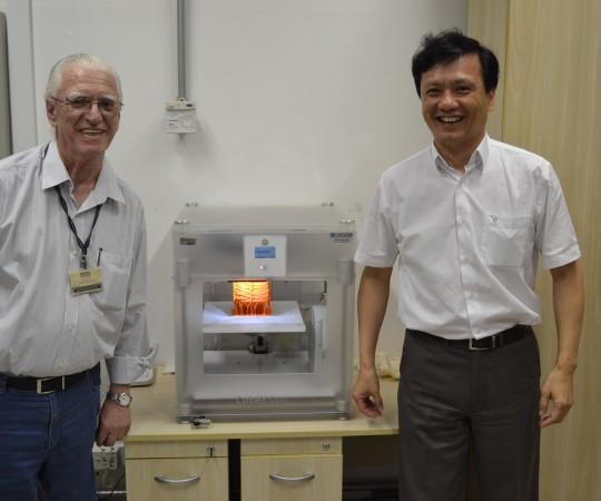 O Prof.Dr. Chao Lung Wen, Colaborador do CEADS e Responsável pela Disciplina de Telemedicina da USP e o Prof. Dr. Luiz Jorge Fagundes, Coordenador Científico do CEADS, diante da Impressora Digital e do Aparelho que dá forma anatômica ao desenho obtido na Impressora 3 D. Dessa maneira, os alunos de Medicina poderão estudar a Anatomia em cadáveres e num ambiente em 3D ,onde ele possa tocar o órgão estudado,abrí-lo, além de poder observá-lo em três dimensões.