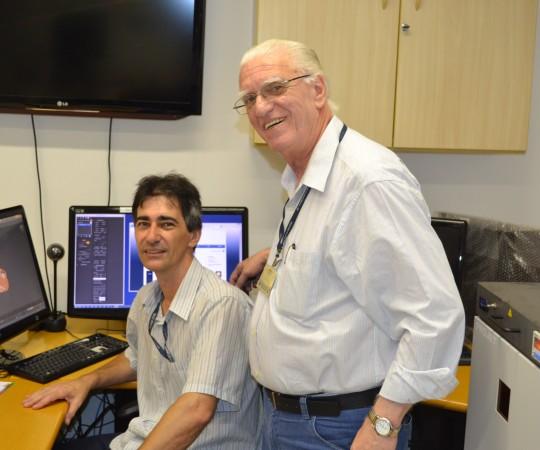 O Sr. Gustavo Zagatto,Colaborador do CEADS e responsável pela execução do Projeto do Homem Virtual e o Prof. Dr. Luiz Jorge Fagundes, Coordenador Científico do CEADS, durante a apresentação dos novos vídeos em que são utilizadas as técnicas em 3 D.