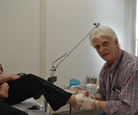 A Paciente NCC, sendo submetida aos curativos de Mal Perfurante Plantar, realizados pelo Prof. Dr. Luiz Jorge Fagundes, Coordenador Científico do CEADS.