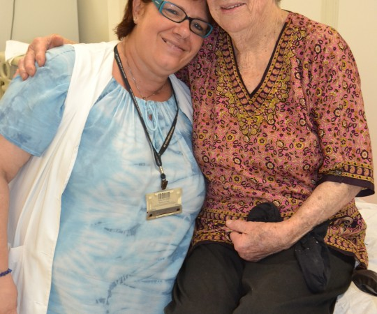 A Estudante de Veterinária e atendente de enfermagem Monica Levy Costa, ao lado da paciente NCC, na sla de curativos de Mal Perfurante Plantar, uma das sequelas da Hanseníase.