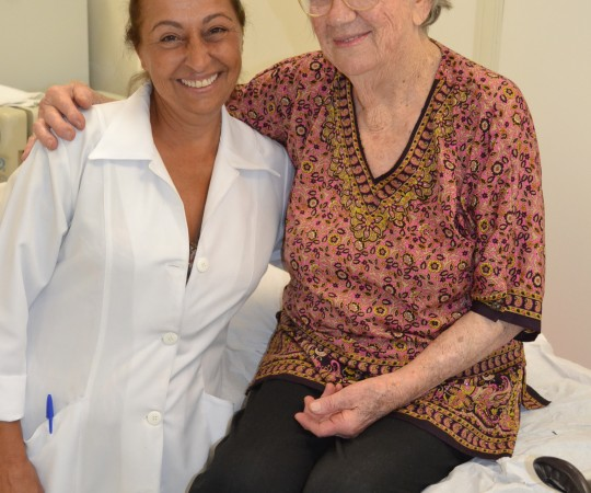 A Enfermeira Natalina Lima,colaboradora voluntária do CEADS ao lado da paciente NCC, na sala de curativos do Centro de Saúde Escola Geraldo de Paula Souza da faculdade de Saúde Pública da USP.