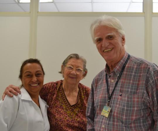 A paciente NCC, ao lado da Enfermeira e Colaboradora Voluntária do CEADS Natalina Lima, e do Prof. Dr. Luiz Jorge Fagundes,Coordenador Científico do CEADS e responsável pela execução dos curativos de sequelas dos portadores de Hanseníase.