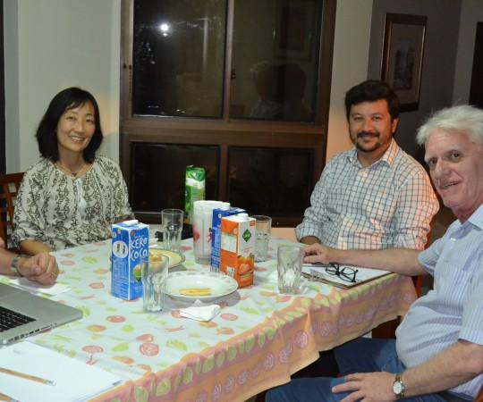 A Profa Silvia Quiota, o Dr. Carlos Okada e o Prof. Dr. Luiz Jorge Fagundes, durante a reunião para modificações no site do CEADS.