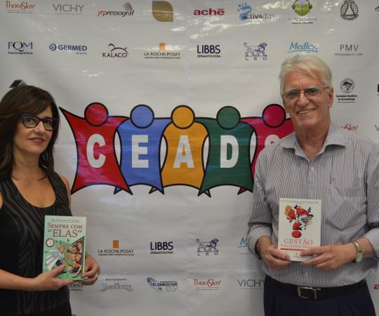 A Profa. Dr. Claudia Giuli Santi, Coordenadora do 52 Fórum de Debates do CEADS e o Prof. Dr. Luiz Jorge Fagundes, Coordenador Científico do CEADS de posse dos produtos do CEADS.