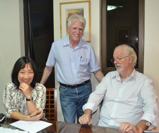 O Cineasta Ugo Giorgetti, um dos fundadores do CEADS, O Prof. Dr. Luiz Jorge Fagundes, Coordenador Científico do CEADS e a Profa. Silvia Quiota, durante a Reunião na sede do CEADS.