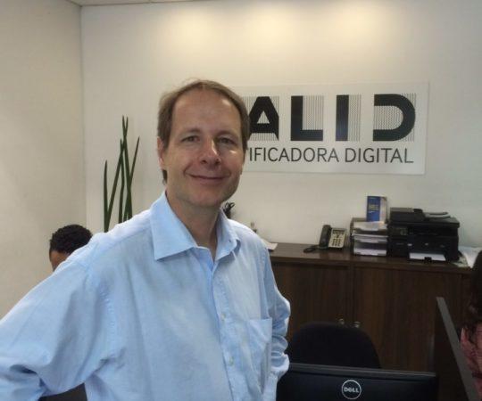 Prof. Dr. Ricardo Romiti, Presidente do CEADS,no momento da assinatura da renovação da Certificação Digital na Empresa VALID