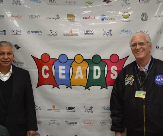 O Prof. Dr. Luiz Jorge Fagundes, Coordenador Científico do CEADS e o Sr. Luiz Gonçalves um dos responsáveis pela Farmácia Galo de Ouro, patrocinadora, exclusiva do 54 Fórum de Debates.