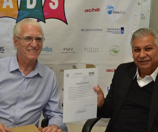O Sr. Luiz Gonçalves da Farmácia Galo de Ouro, de posse do Certificado de Patrocinador Exclusivo do 54 Fórum de Debates do CEADS, entregue pelo Prof. Dr. Luiz Jorge Fagundes, Coordenador Científico do CEADS.