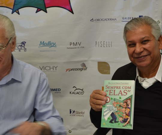 """O Sr. Luiz Gonçalves da Farmácia Galo de Ouro de posse do Livro """"Sempre com Elas"""", de autoria do Prof. Dr. Luiz Jorge Fagundes, Coordenador Científico do CEADS e Responsável pelo 54 Fórum de Debates."""