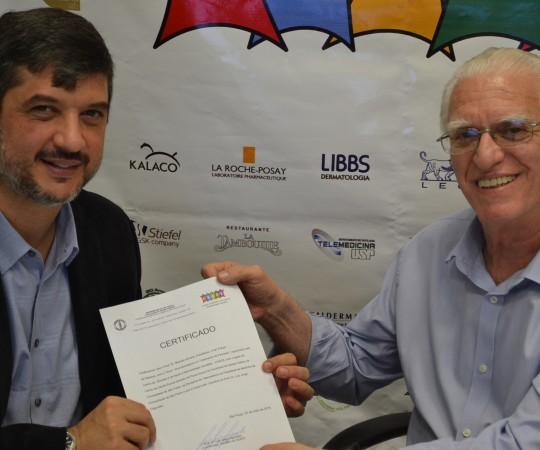O Prof. Dr. Marcelo Arnone, Coordenador do 54 Fórum de Debates de posse do Certificado de participação no Fórum, o qual lhe foi entregue pelo Prof. Dr. Luiz Jorge Fagundes, Coordenador Científico do CEADS.