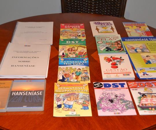 Exposição dos diversos produtos elaborados pelo CEADS ( Cartilhas, Pôsteres, DVDs, Livros e Manual de Instruções sobre DST e Hanseníase.