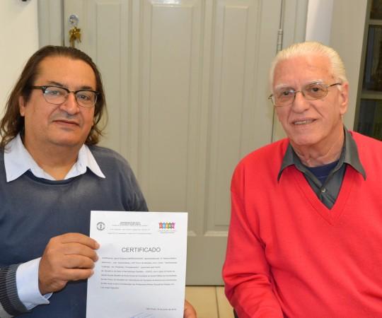 O Sr. Marcos Martins, Representante da Empresa Gráfica Impressograf de posse de seu Certificado de Patrocinador Exclusivo do 55 Fórum de Debates e o Prof. Dr. Luiz Jorge Fagundes, Coordenador Científico e Responsável pelo Fórum de Debates do CEADS.