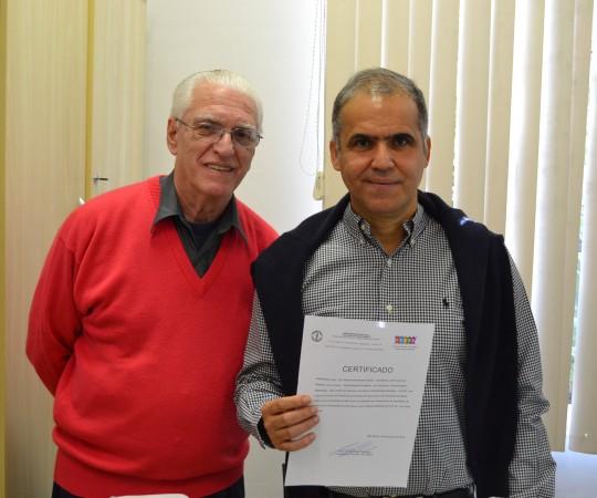 """O Prof. Dr. Luiz Jorge Fagundes, Coordenador Científico do CEADS e Responsável pelo Fórum de Debates e o Prof. Dr. Walmar Roncalli Perira de Oliveira, Coordenador do 55 Fórum de Debates, com o tema: """"Manifestações Cutâneas em Pacientes Transplantados"""", de posse de seu Certificado de Coordenador do Fórum."""