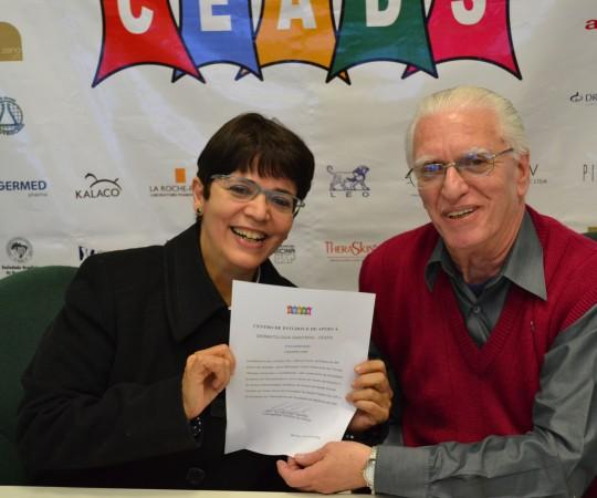 """A Profa. Dra. Valéria Framil com seu Certificado de Palestrante do 56 Fórum de Debates do CEADS, com os temas:"""" Pitiríase versicolor e Candidíases"""" e o Prof. Dr. Luiz Jorge Fagundes, Cooredenador Científico do CEADS e Organizador do Fórum."""