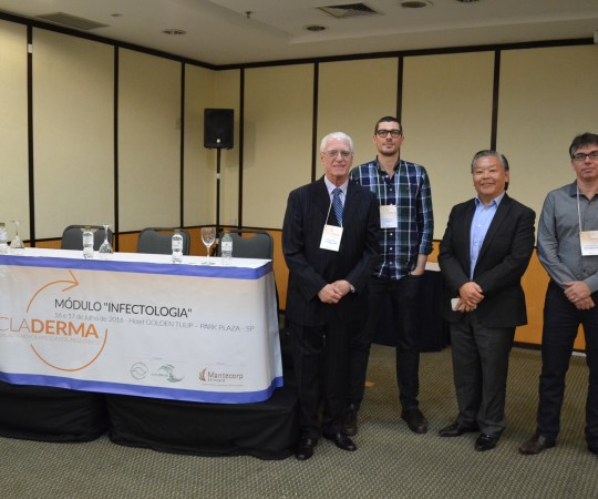 O Prof. Dr. Luiz Jorge Fagundes, Coordenador do CEADS, e o Dr. John Veasey, Palestrantes do Curso Recicladerma; O Prof. Dr. Ricardo Shiratsu e o Dr. Marcos Florianos, Coordenadores do Módulo Infectologia do Curso RECICLADERMA.