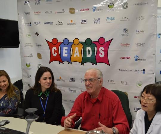 O Prof. Dr. Luiz Jorge Fagundes , Coordenador Científico do CEADS, durante a apresentação das médicas Dra. Maria Victória Quaresma, a Profa. Dra. Ilana HALPERN e a Profa. Dra. Neusa Valente, no 57 Fórum de Debates do CEADS, com o Tema: Dermopatologia.