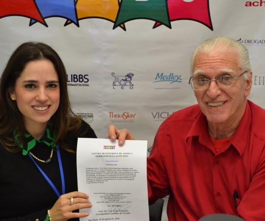 O Prof. Dr. Luiz Jorge Fagundes, Coordenador Científico do CEADS e a Dra. Maria Victória Quaresma, de posse de seu Certificado de Palestrante do 57 Fórum de Debates.