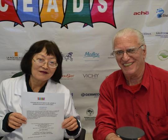 A Profa. Dra. Neusa Valente Coordenadora do 57 Fórum de Debates do CEADS, com seu Certificado de Coordenadora do Fórum e o Prof. Dr. Luiz Jorge Fagundes, Coordenador Científico do CEADS.