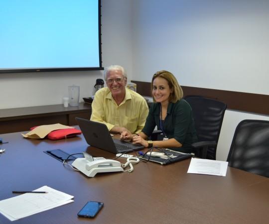 A Sra. Diana Mari Siqueira e Silva, responsável pela Área de Sustentabilidade da Via Quatro do Metrô e o Prof. Dr. Luiz Jorge Fagundes, Coordenador Científico do CEADS, no momento de elaboração da parceria CEADS/Via Quatro.