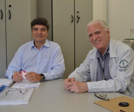 O Sr. Luiz Fernando Orcanha, representante da Fundação Faculdade de Saúde Pública da USP e o Prof. Dr. Luiz Jorge Fagundes, Coordenador Científico do CEADS, Responsável Clínico e pela Área de Dermatologia Sanitária, durante as discussões sobre o Cadastramento da Fundação FSP USP no Programa Nacional de Oncologia – PRONON, do Ministério da Saúde.