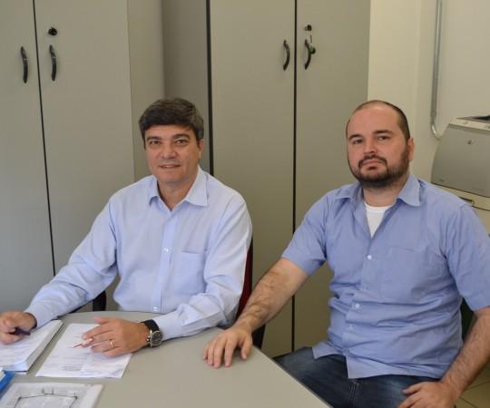 O Sr. Danilo Cerqueira Cesar, representante da APAA e o Sr. Luiz Fenando Orcanha, representante da Fundação FSP USP, durante os entendimentos para o cadastramento da Fundação nos programs de combate ao Câncer – PRONON, do Ministério da Saúde.