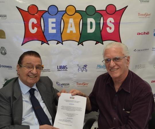 O Prof. Dr. Luiz Jorge Fagundes, Coordenador Científico do CEADS e o Prof. Dr. Luiz Carlos Cucè, Coordenador do 58 Fórum de Debates, no momento da entrega do Certificado de Palestrante ao Prof. Cucé.