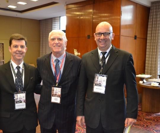 O Sr. Fernando Fernandes e o Sr. Samir Emmerich da Empresa RV Mais e o Prof. Dr. Luiz Jorge fagundes, Coordenador Científico do CEADS, durante a retirada do material do Congresso.