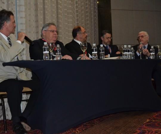 Mesa de Discussão do Módulo de DST do XIV Congresso Paulista de Urologia: o Prof. Dr. Luiz Jorge Fagundes, Coordenador científico do CEADS, o Prof. Dr. Otelo Rigato Jr, o Dr. Edmir Chaukri Cherit, o Prof. Dr. Homero Gustavo de campos Guidi e o Dr. Julio Jose Maximo Carvalho, durante a abertura de perguntas para o auditório.