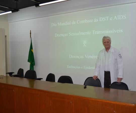 O Prof. Dr. Luiz Jorge Fagundes, Coordenador Científico do CEADS, no Auditórios do Complexo  Hospitalar  Padre Bento de Guarulhos, onde foi realizada a palestra sobre DST.
