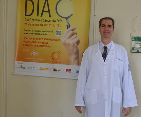 Dr. Leonardo Abrucio Neto , Voluntário do CEADS, junto ao cartaz da Campanha de Prevenção ao Câncer da Pele. Dr. Leonardo, compareceu a todas as Campanhas de Prevenção ao Câncer da Pele, no Hospital Beneficência Portuguesa.