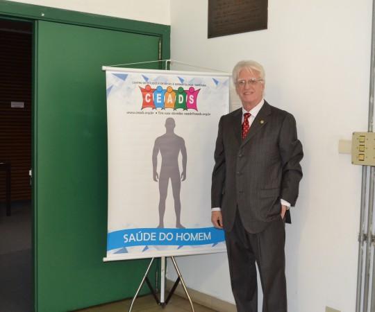 """O Prof. Dr. Luiz Jorge Fagundes, Coordenador Científico do CEADS, ao lado do Cartaz sobre a """"Saúde do Homem"""", um Ciclo de Palestras, com Voluntários do CEADS e  que apresentou diversos aspectos que envolvem a Saúde do Homem."""