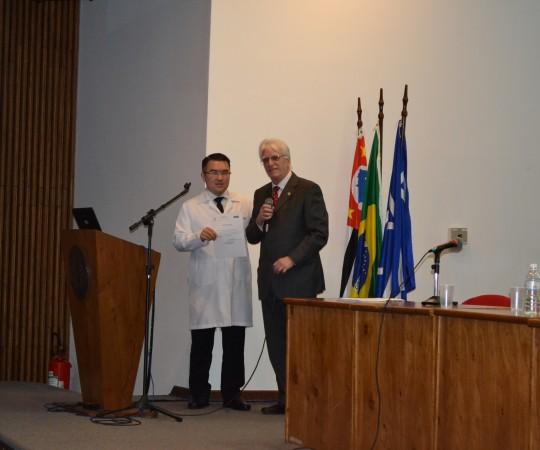 """O Prof. Dr. Luiz Jorge Fagundes, Coordenador Científico do CEADS, no momento da entrega do Certificado de Palestrante ao Prof. Dr. Fabio Tanno, Urologista do HC FMUSP, que abordou os temas: """" Tumor Benigno da Próstata, Câncer da Próstata e Disfunção Erétil, Prevenção, Diagnóstico e Tratamento."""