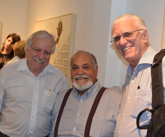 O Prof. Dr. Salim Saiegh, da Academia Paulista de Medicina Veterinária, o Artista Plástico Gilberto Salvador, ambos colaboradores do CEADS e o Prof. Dr. Luiz Jorge Fagundes,Coordenador Científico do CEADS.