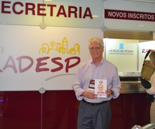 """O Prof. Dr. Luiz Jorge Fagundes, Coordenador Científico do CEADS, junto à Secretaria da XXI RADESP, de posse do Livro """"Princípios Fundamentais da Gestão"""""""