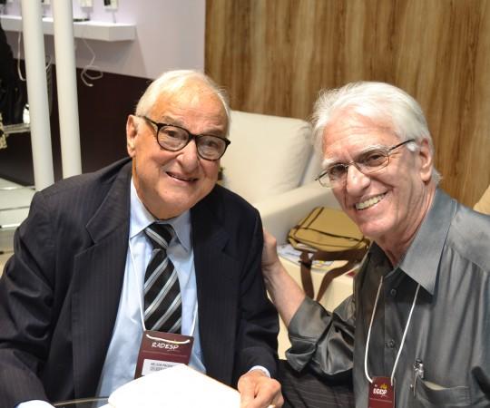"""O Prof. Dr. Nelson Guimarães Proença da Irmandade da Santa Casa de São Paulo, autografando o livro """" D ao A, Dermatologia, para o Prof. Dr. Luiz Jorge Fagundes, Coordenador Científico do CEADS."""
