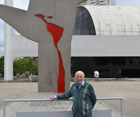 """O Sr. Juca Fagundes, Colaborador do CEADS, ao lado da Escultura Símbolo do """" Memorial da América Latina""""."""