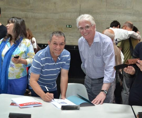 Novaes, Colaborador do CEADS, autografa o seu Livro para o Coordenador Científico do CEADS, o Prof. Dr. Luiz Jorge Fagundes.
