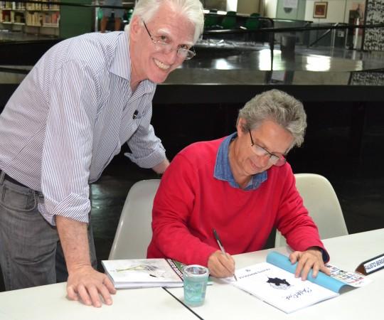 """O Prof. Dr. Luiz Jorge Fagundes, Coordenador Científico do CEADS, recebe do Artista Plástico  Fausto Bergocce, Colaborador Voluntário e divulgador dos Projetos do CEADS, o exemplar de seu """" Sketch Book Custom"""" autografado."""