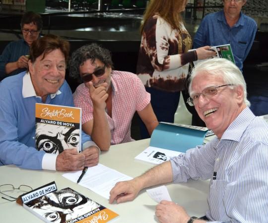 Os Cartunistas Alavro de Moya e Bira Dantas, autografam seus livros para o Prof. Dr. Luiz Jorge Fagundes, Coordenador Científico do CEADS.