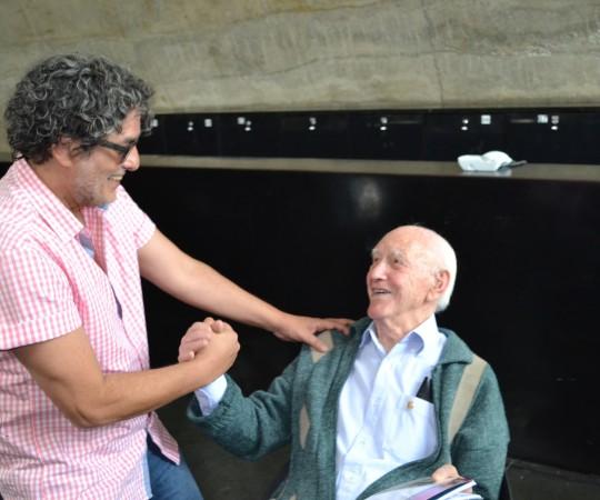 """O Cartunista Bira Dantas, cumprimenta e autografa seu """"Sketch Book Comum"""" para o Sr. Juca Fagundes, Colaborador do site do CEADS, no Evento ocorrido no Memorial da América Latina"""