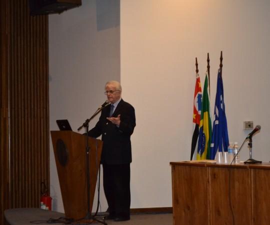 """O Prof. Dr. Luiz Jorge Fagundes, Coordenador Científico do CEADS e Organizador do Primeiro Simpósio sobre o """"Dia Mundial de Combate às DST e AIDS"""", durante a abertura do Evento."""