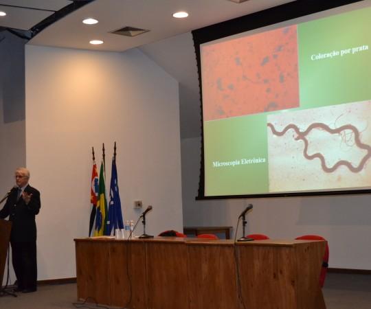 """O Prof. Dr. Luiz Jorge Fagundes, Coordenador Científico do CEADS, durante sua Palestra sobre """"DST no Homem""""."""