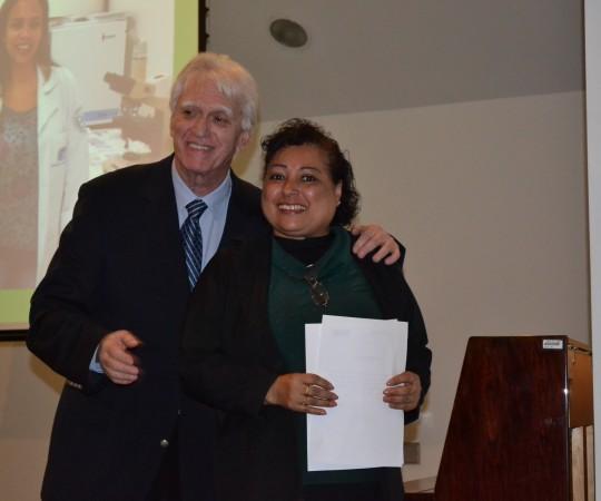 """A Sra. Maria de Lourdes Silva, Colaboradora do CEADS, recebendo seu Certificado de Colaboradora do Evento sobre o """"Dia Mundial de Combate às DST e AIDS e o Prof. Dr. Luiz Jorge Fagundes, Coordenador Científico do CEADS."""