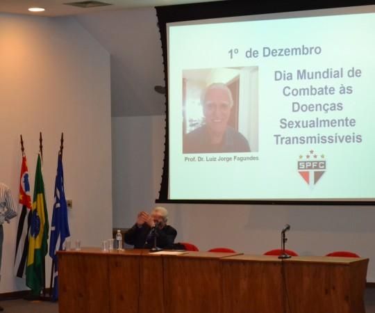 O Prof. Dr. Claudio Gonsalez, durante a sua Palestra sobre a Situação da AIDS e o Prof. Dr. Luiz Jorge Fagundes, sendo homenageado no Evento organizado pelo CEADS.