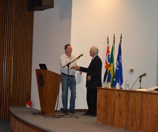 """O Prof. Dr. Claudio Roberto Gonsalez, recebendo das mãos do Prof. Dr. Luiz Jorge Fagundes, Coordenador Científico do CEADS, o Certificado de Palestrante do """"Dia Mundial de Combate às DST e AIDS."""