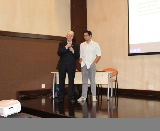 """O Prof. Dr. Gustavo Haramura, pertencente ao Grupo de Gestores do CEADS e o Prof. Dr. Luiz Jorge Fagundes, Coordenador Científico do CEADS, durante a apresentação do Curso sobre """" Fundamentos da Gestão""""."""